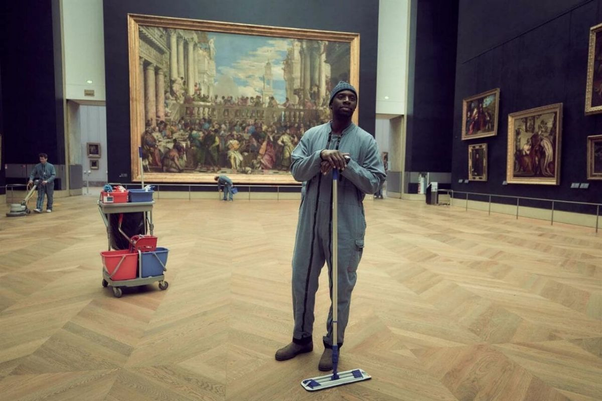 Assane Diop (Omar Sy) trabaja como limpiador en el Museo del Louvre.