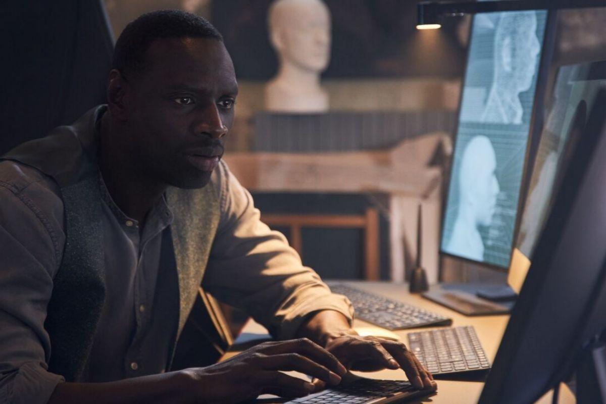 El protagonista se maneja bien con ordenadores y tecnología en general.