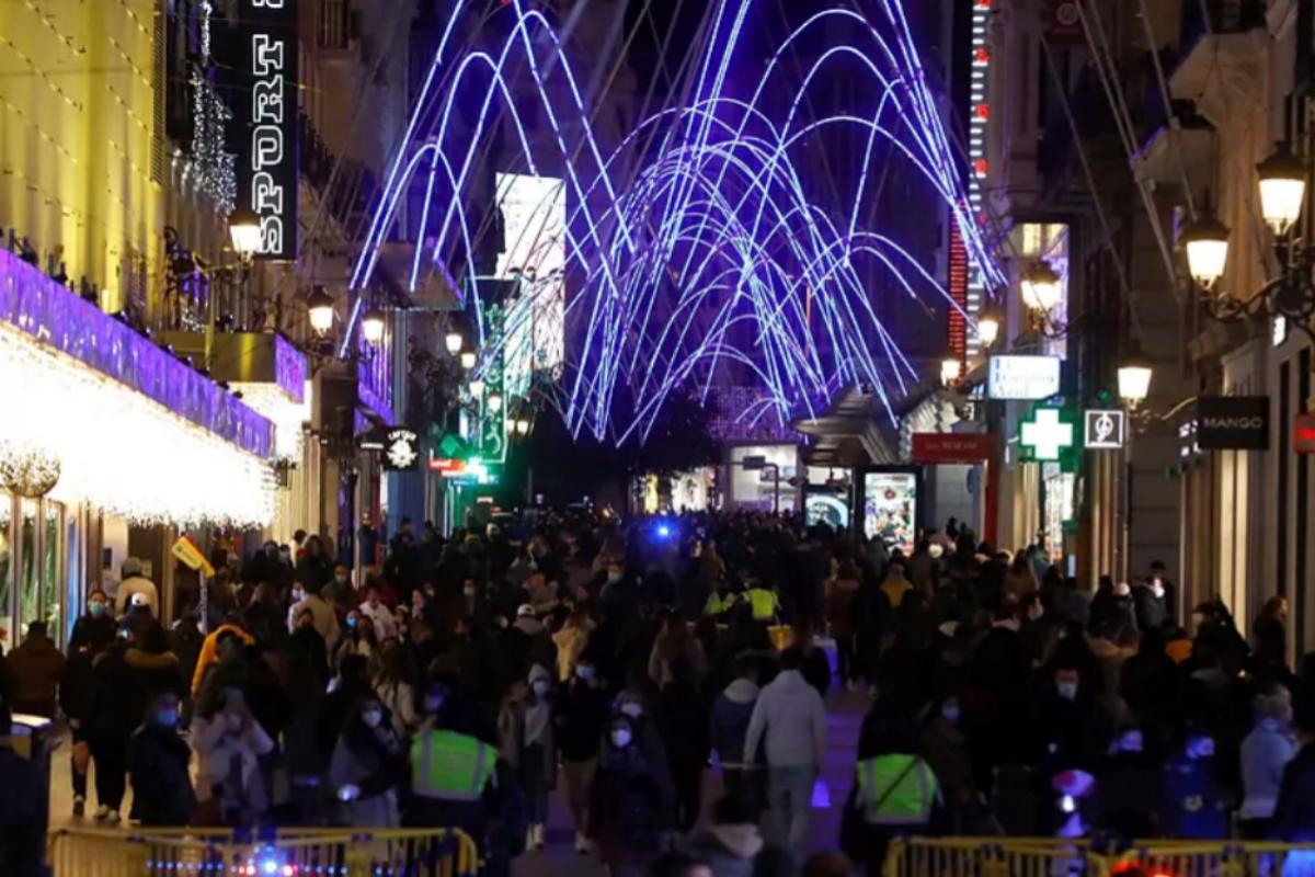 La calle Preciados, llena de gente en Navidad.