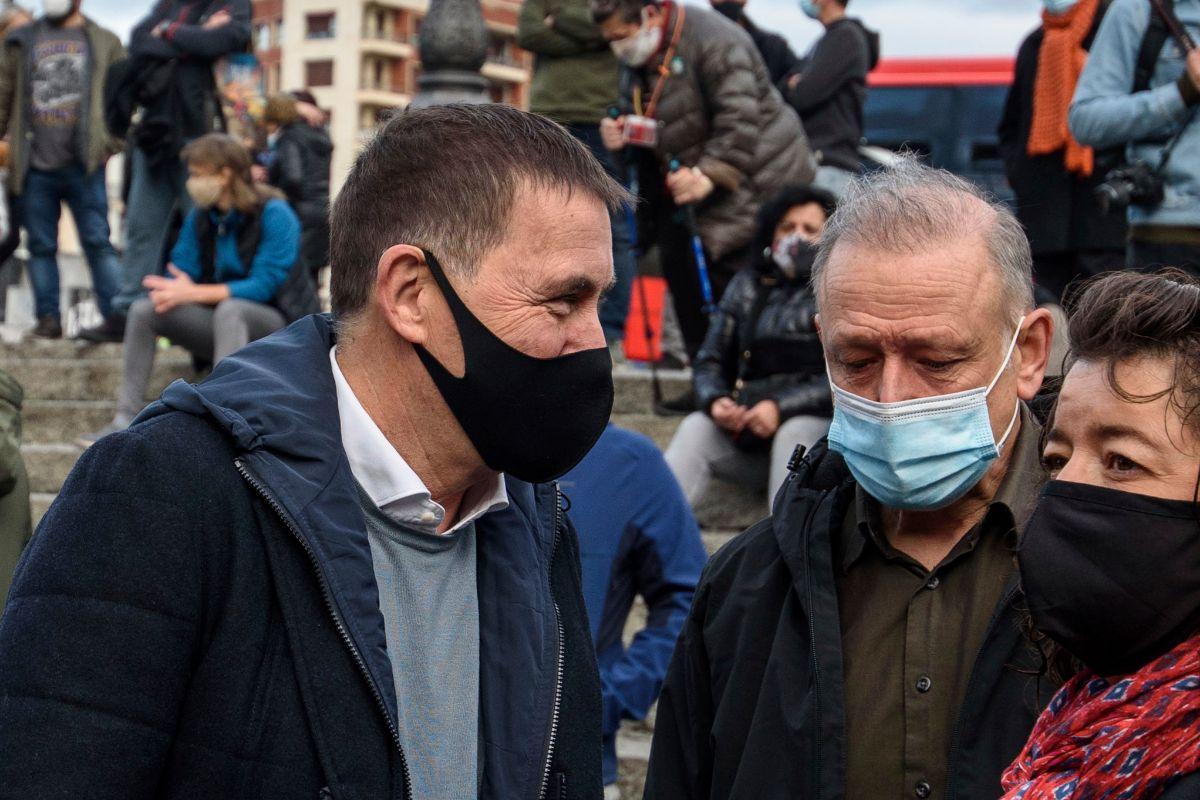 Otegi y el diputado de Podemos, Roberto Uriarte, en la concentración contra la decisión del Tribunal Supremo de repetir el juicio por el caso Bateragune.