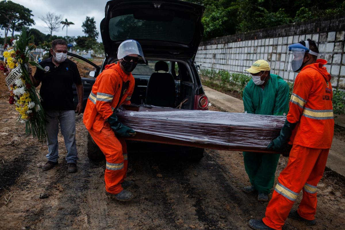 Trabajadores cargan el ataúd con el cuerpo de un fallecido por covid-19 en el cementerio público Nossa Senhora Aparecida, en Manaos, Amazonas (Brasil).