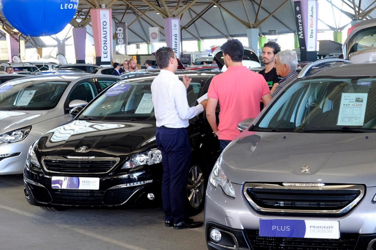 Clientes interesados en unos turismos en la feria Motor Ocasión de Castellón.