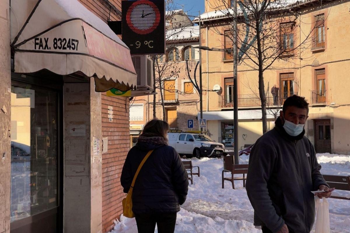 Vecinos de Molina de Aragón (Guadalajara), el miércoles, junto a un termómetro que marca -9º C