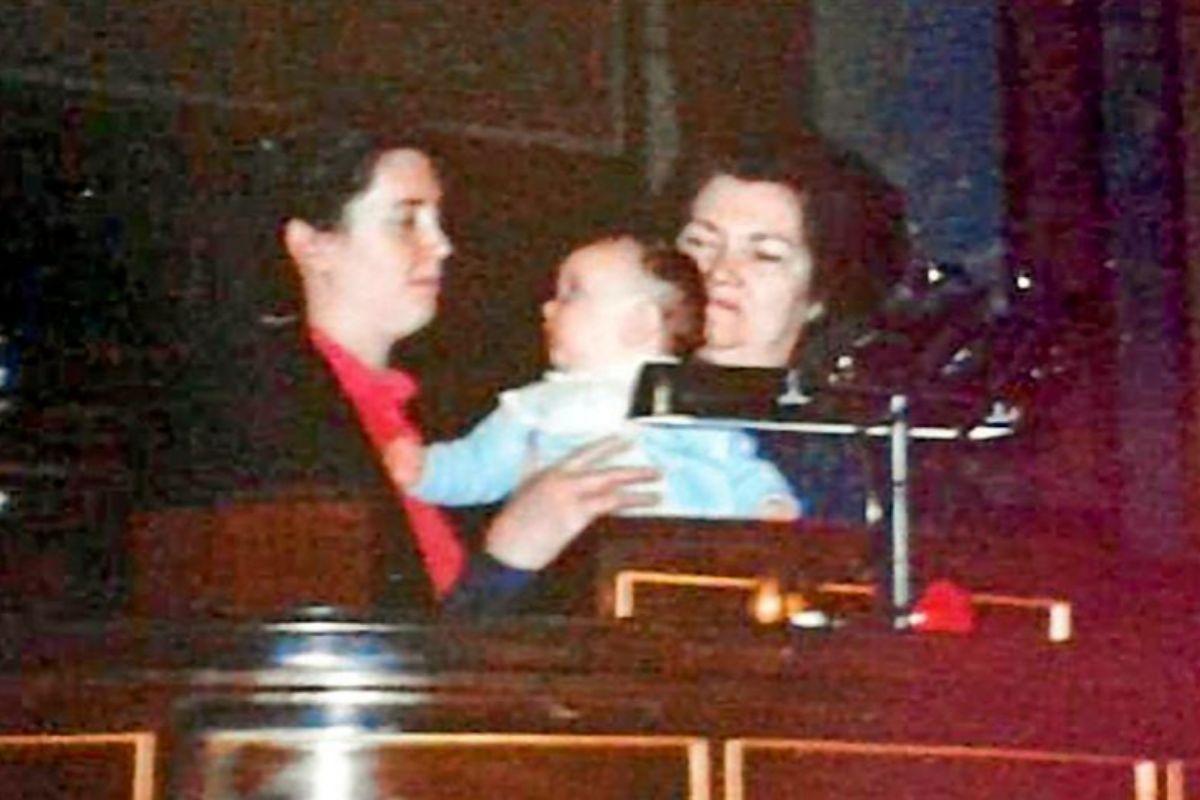 María Luisa con su hijo y su madre en el Congreso.