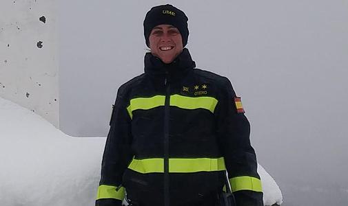 La teniente de la UME Cristina Otero rodeada de nieve.