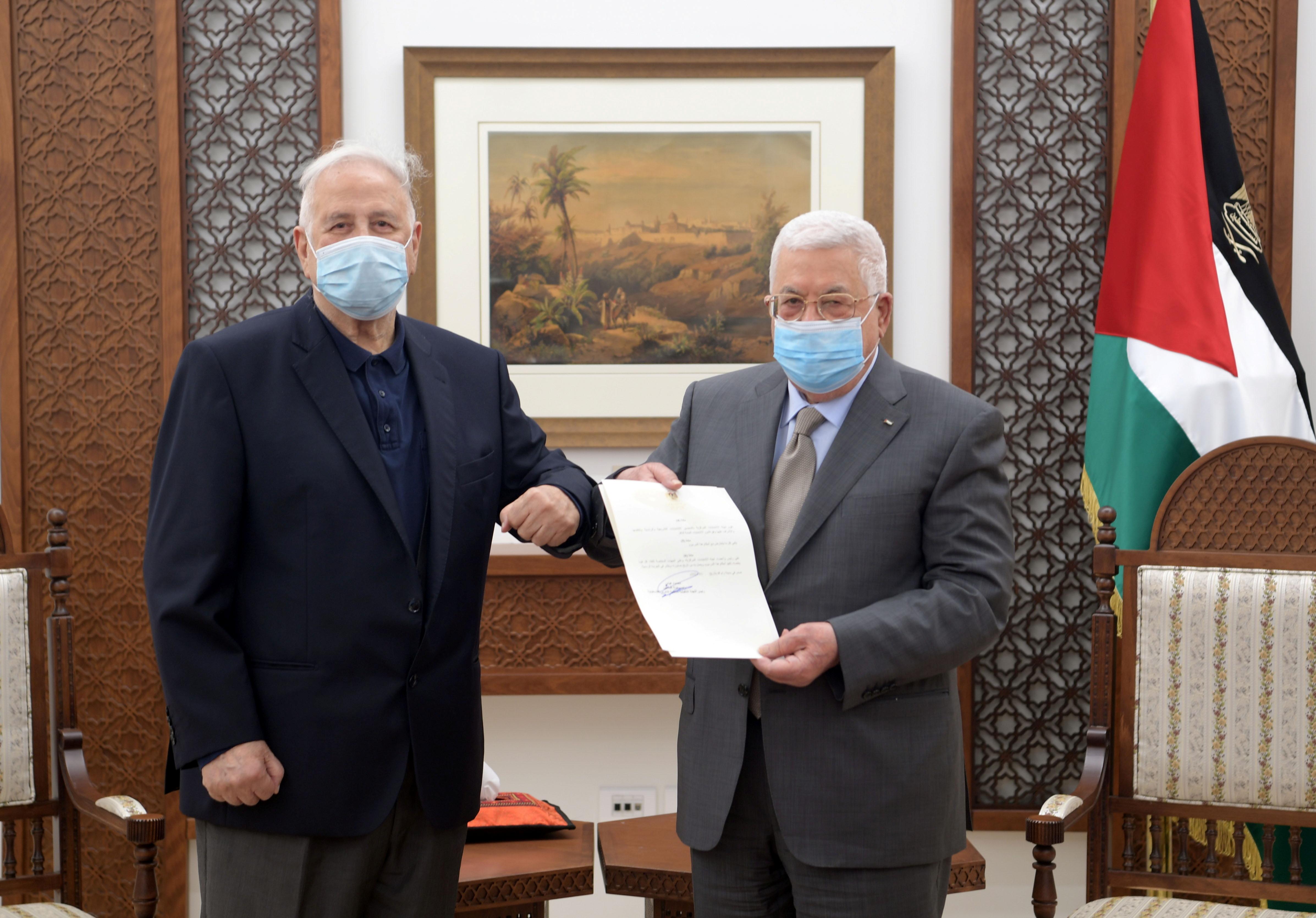 Abu Mazen entrega la convocatoria de elecciones.
