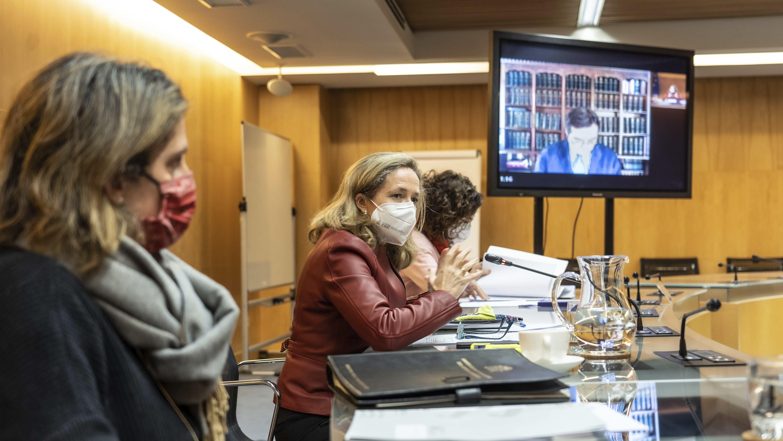 De izquierda a derecha, la vicepresidenta cuarta, Teresa Ribera, y la Tercera, Nadia Calviño en la Mesa del Diálogo Social este viernes.