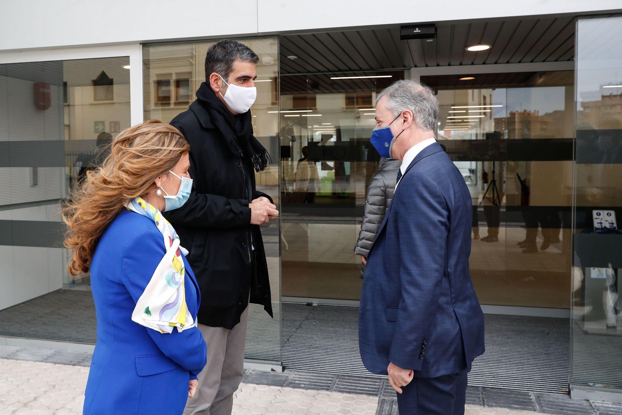 El lehendakari conversa con la consejera Sagardui y el alcalde de San Sebastián Eneko Goia.