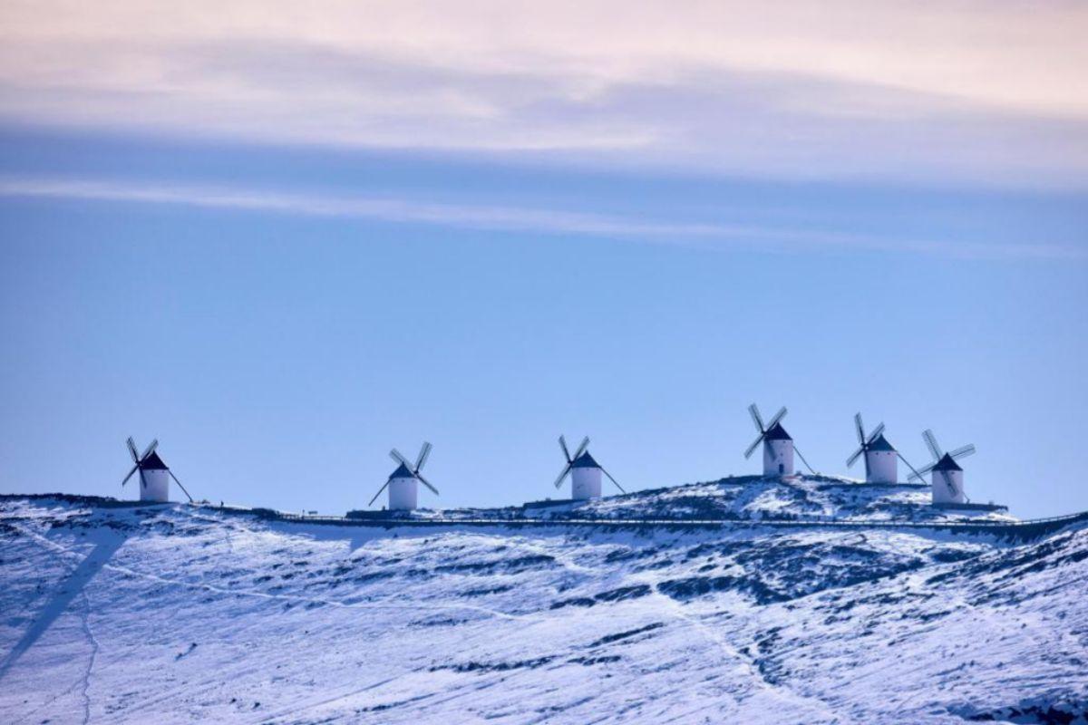 La nieve cubre los molinos de viento en Consuegra