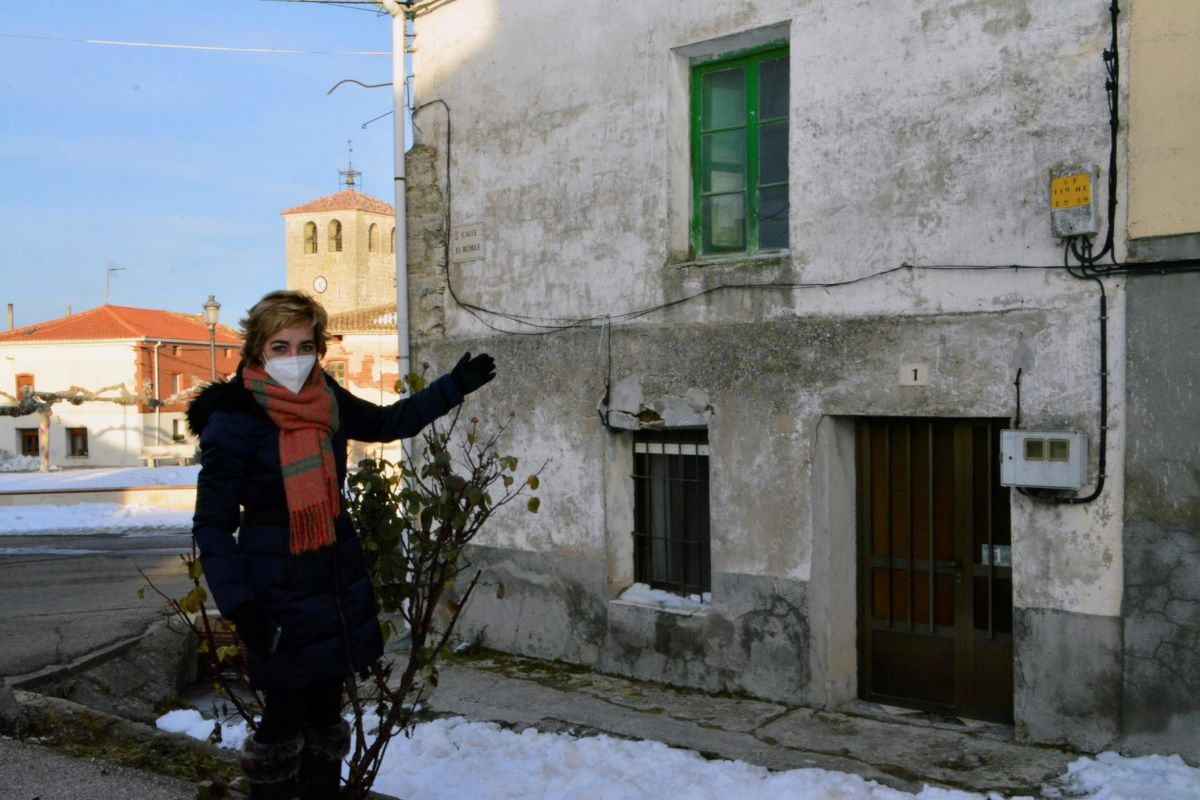 La alcaldesa de Tabanera de Cerrato, Luz Iscar, muestra la casa que se va a rehabilitar.