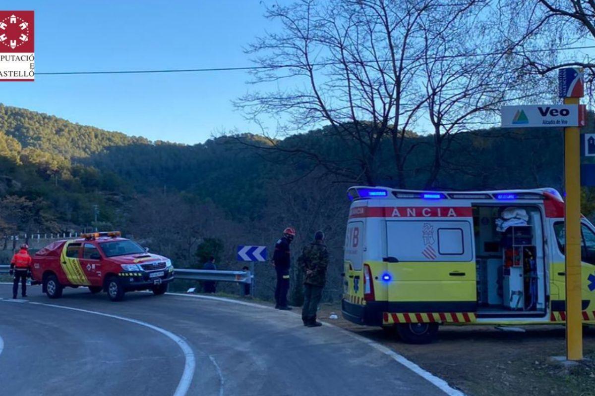 Momento de la asistencia sanitaria y de los bomberos, este sábado de mañana en Alcudia de Veo.
