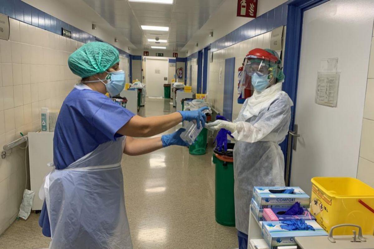 Dos sanitarias se desinfectan las manos en el Hospital Regional de Málaga.