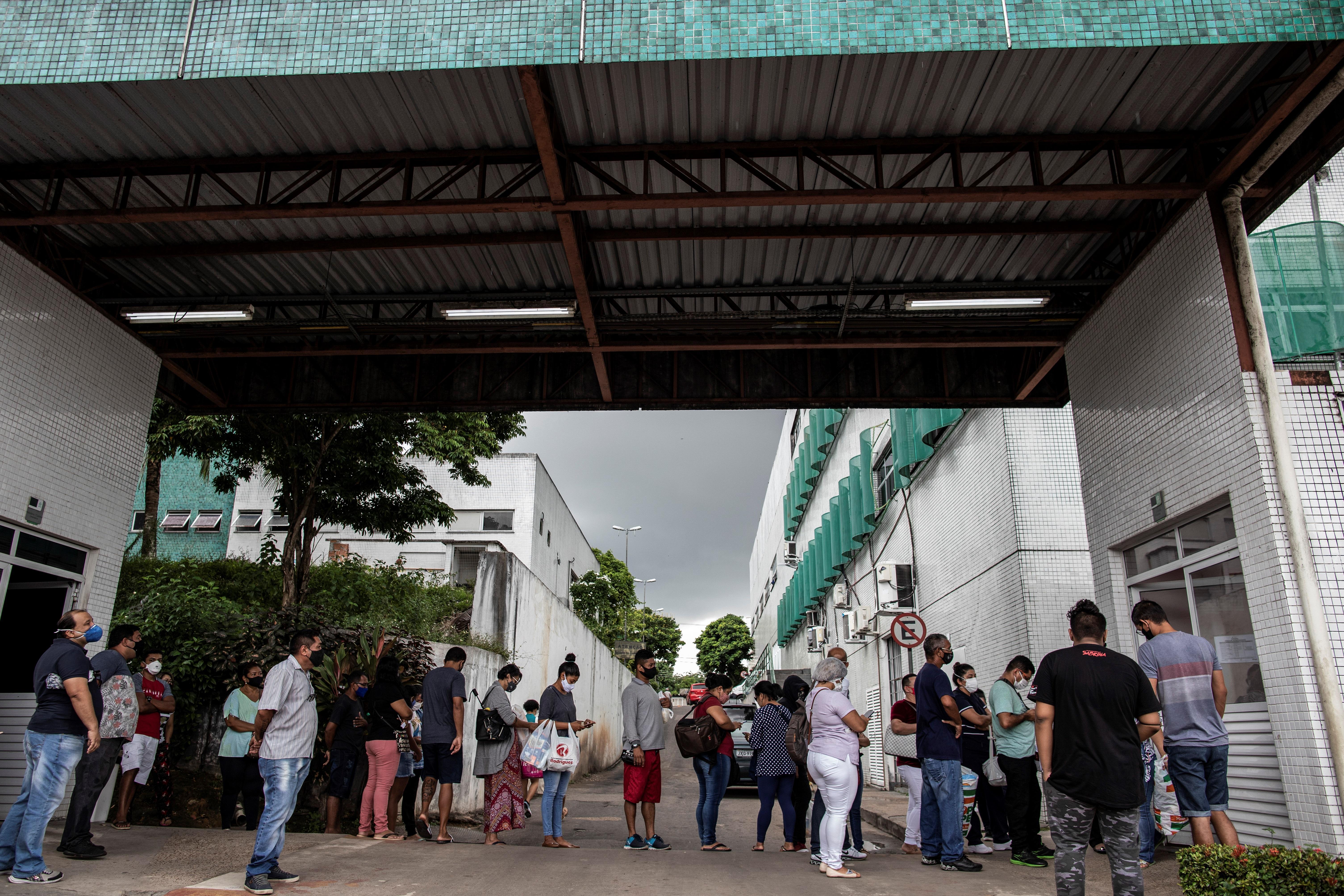 نزدیکان بیمارانی که برای Covid-19 بستری شده اند در Manaus منتظر هستند.