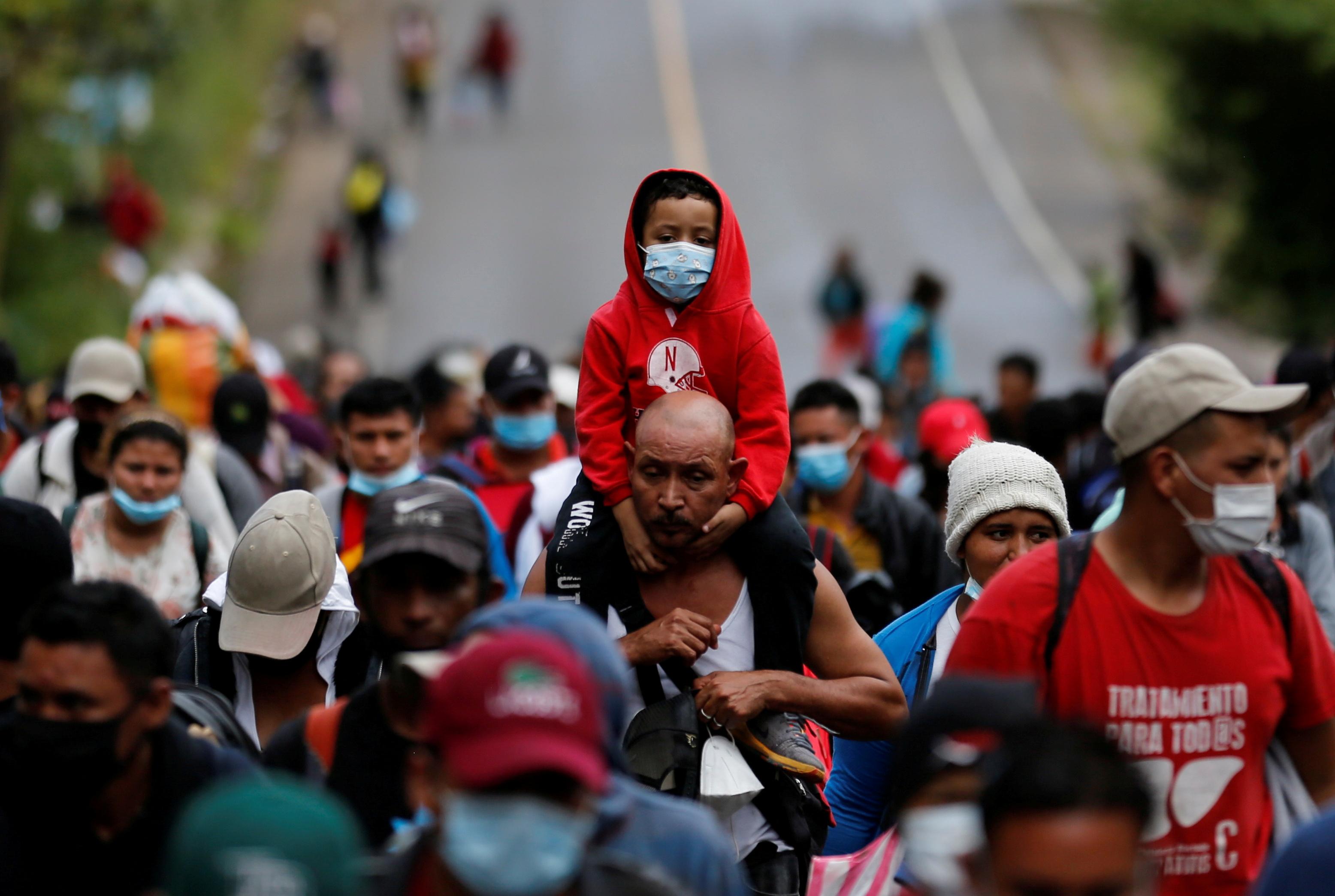 Inmigrantes hondureños en su intento de abandonar el país.