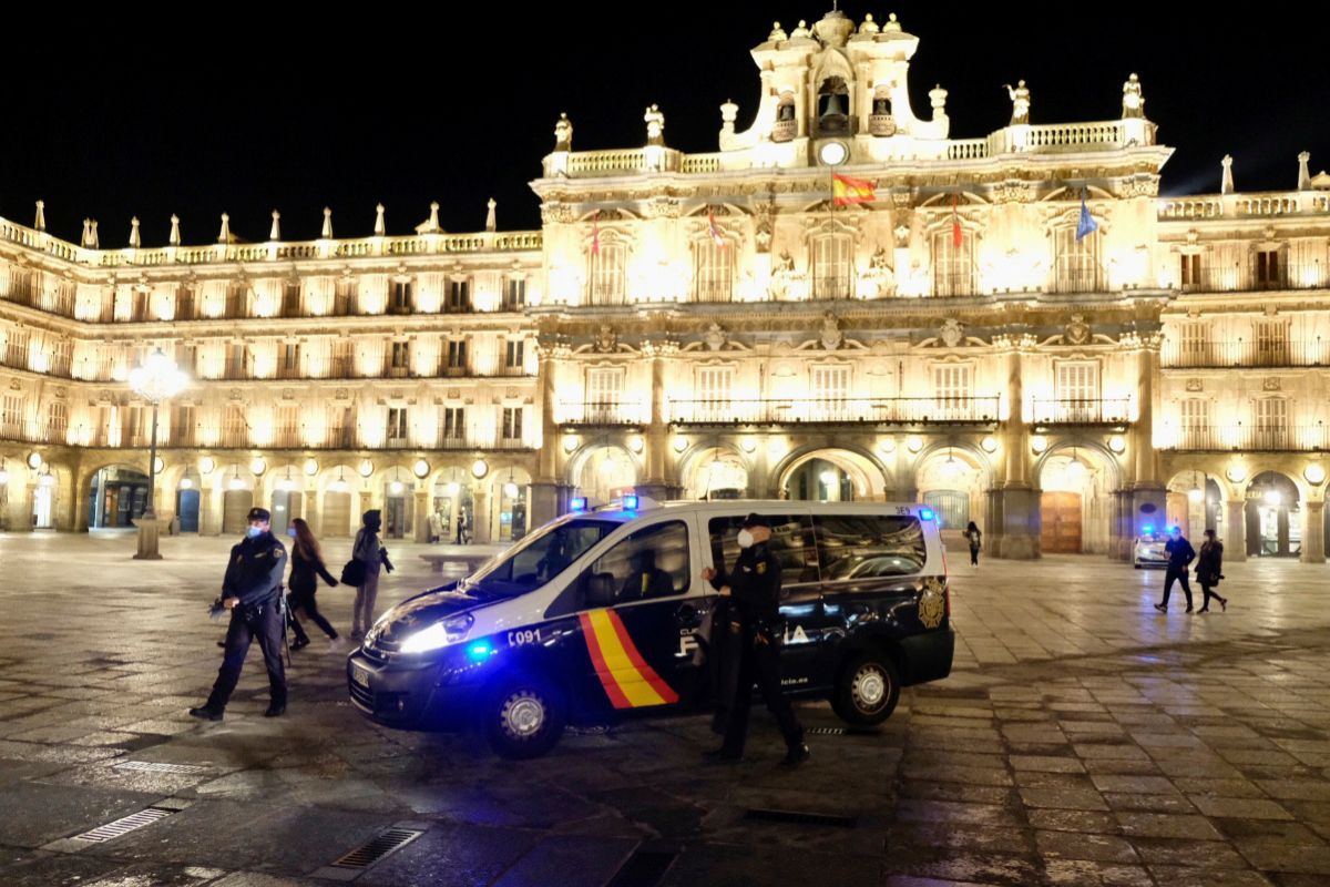 La Policía Nacional vigila el toque de queda este sábado por la noche, a las 20 horas, en la Plaza Mayor de Salamanca.