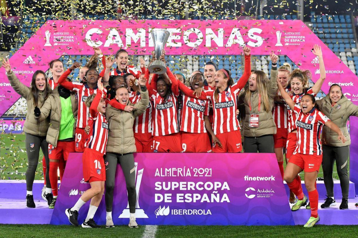 GRAF2247. ALMERÍA.- Las jugadoras del Atlético de Madrid celebran su triunfo en la final de la lt;HIT gt;Supercopa lt;/HIT gt; que les ha enfrentado al Levante en el Estadio de los Juegos Mediterráneos de Almería.