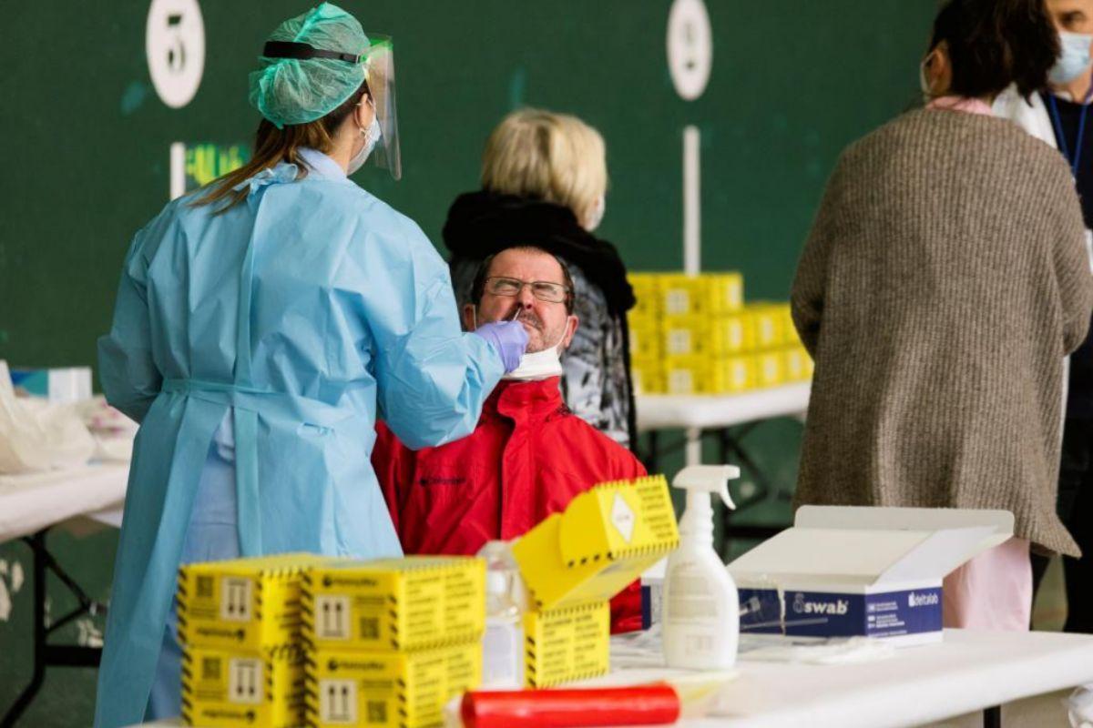 Una enfermera realiza una prueba PCR a un hombre