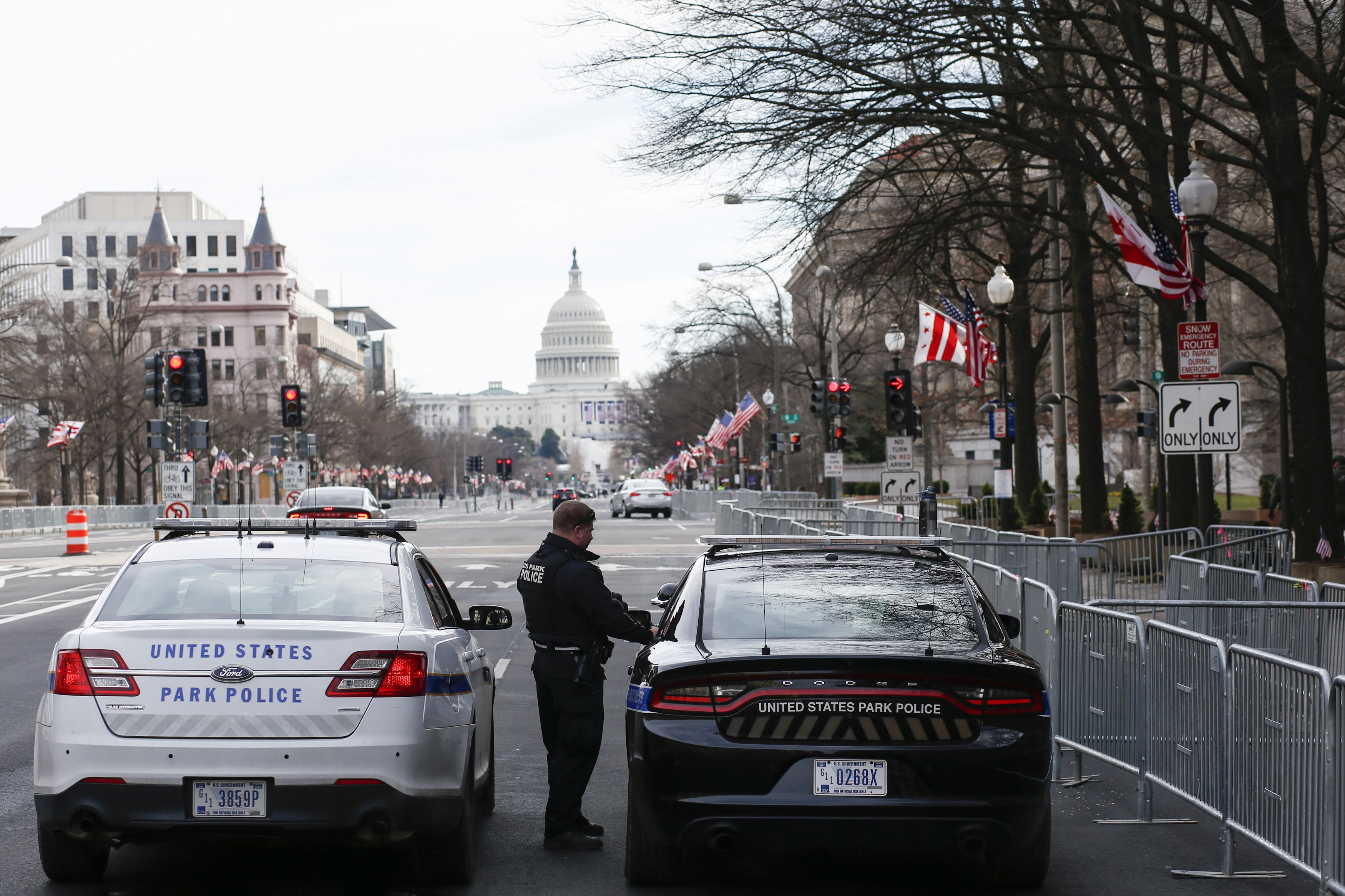 Policías vigilan las proximidades del Capitolio, en Washington.