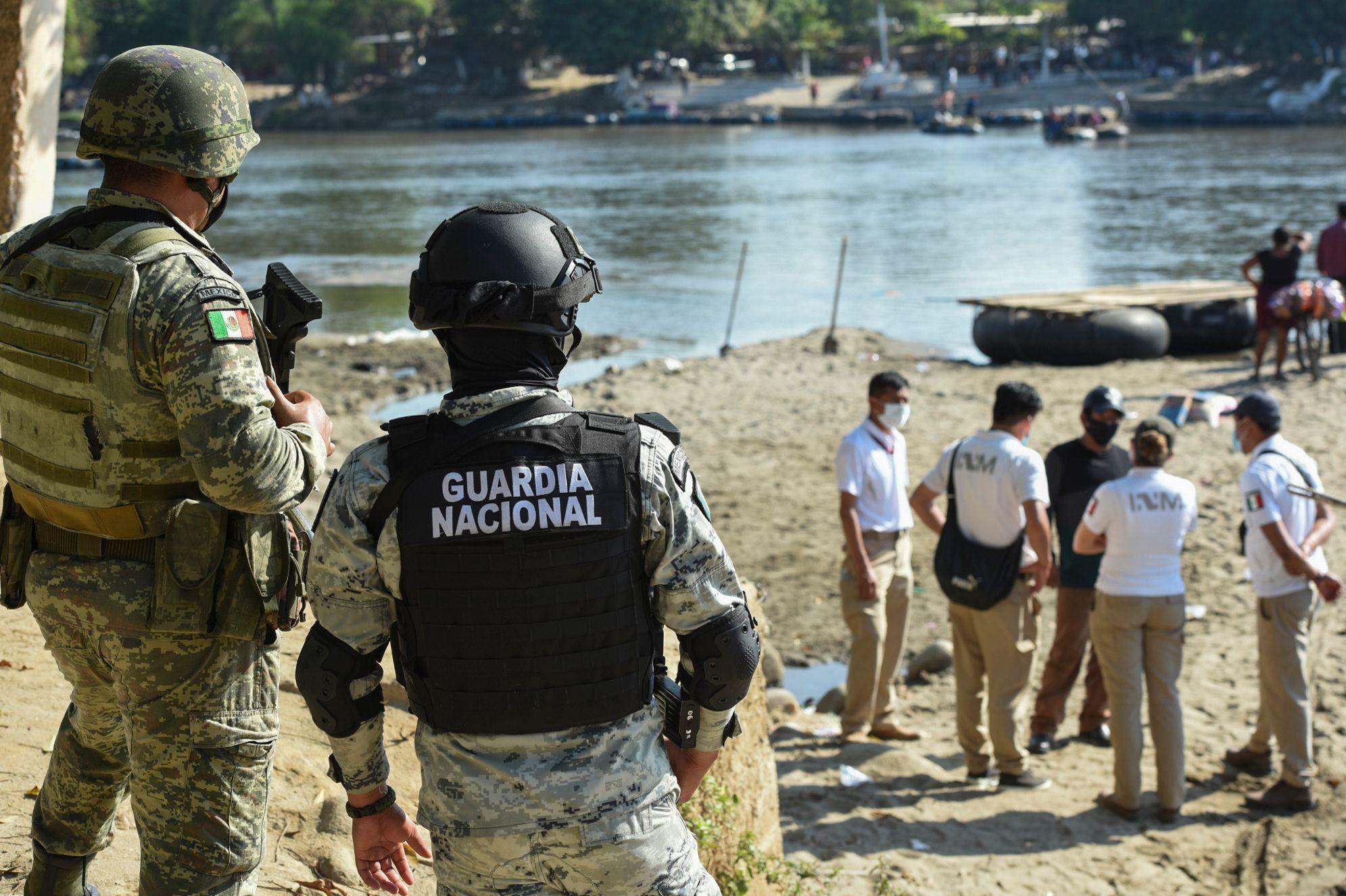 اعضای گارد ملی مکزیک در کنار رودخانه نگهبانی می دهند
