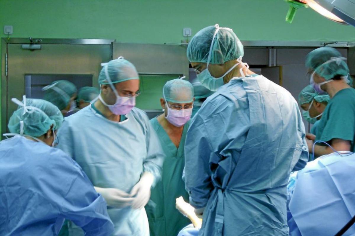 Un equipo médico durante una operación quirúrgica en un quirófano del Hospital de Alicante