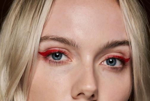 Eyeliner clásico en rojo, en el desfile de Ferragamo de 2021, primavera.