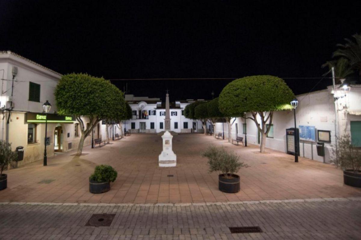 El pueblo de Sant Lluís (Menorca), al inicio del toque de queda, el sábado.