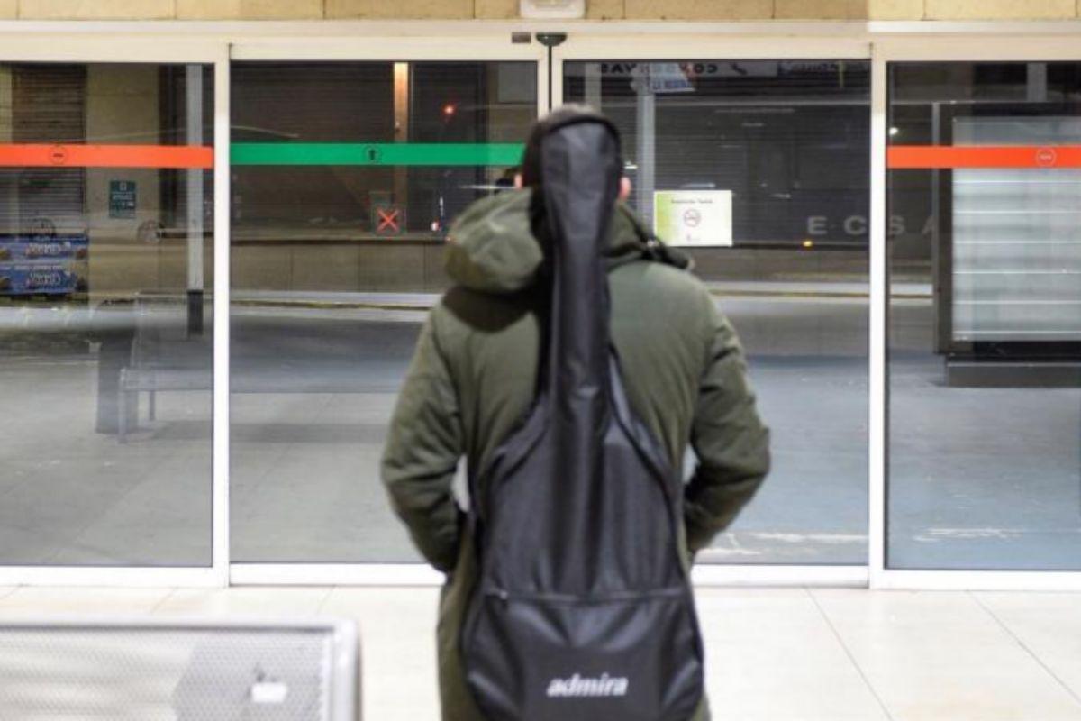 Un hombre observa los horarios de las salidas de los autobuses de la estación de Valladolid.