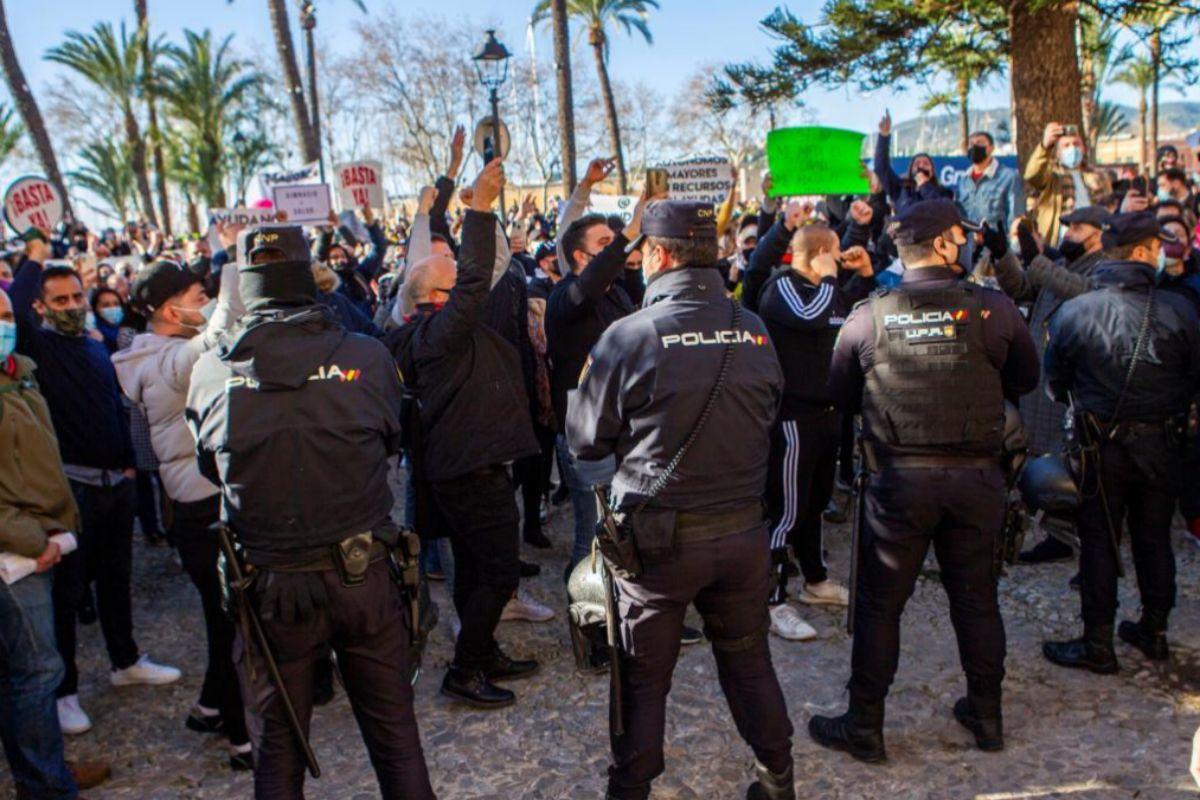 Manifestantes frente al cordón policial en la sede de la presidencia balear.