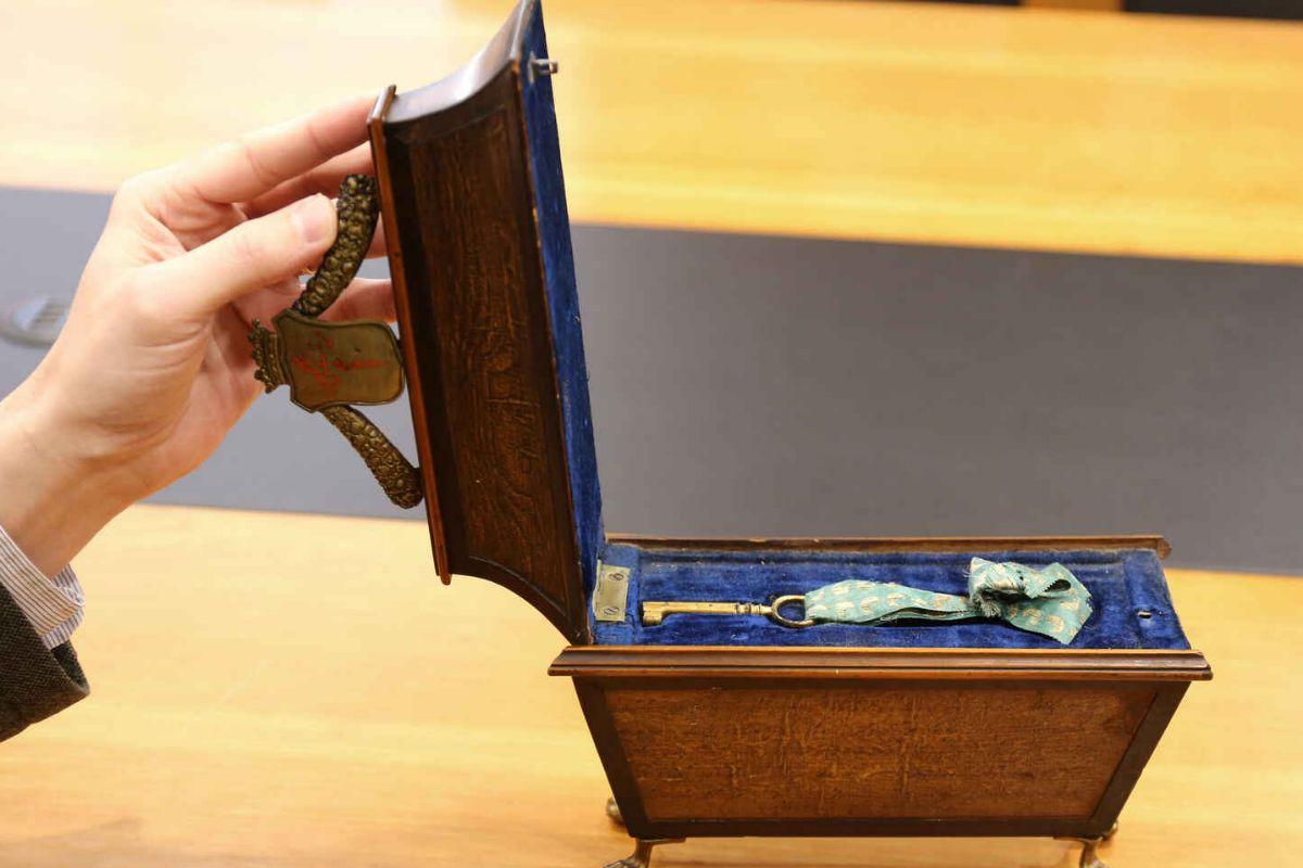 Aparece un cofre con la llave del arca funeraria de Calderón de la Barca