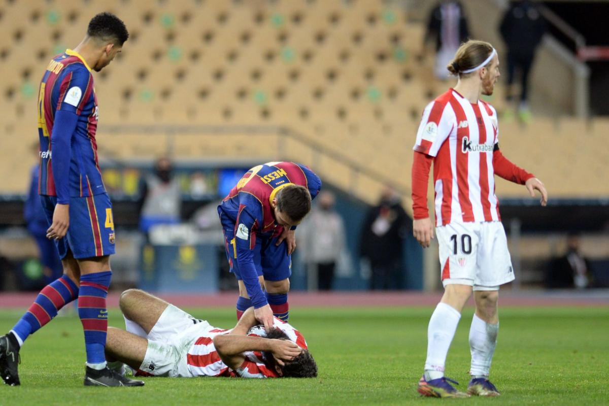 Villalibre, en el suelo, con Messi.