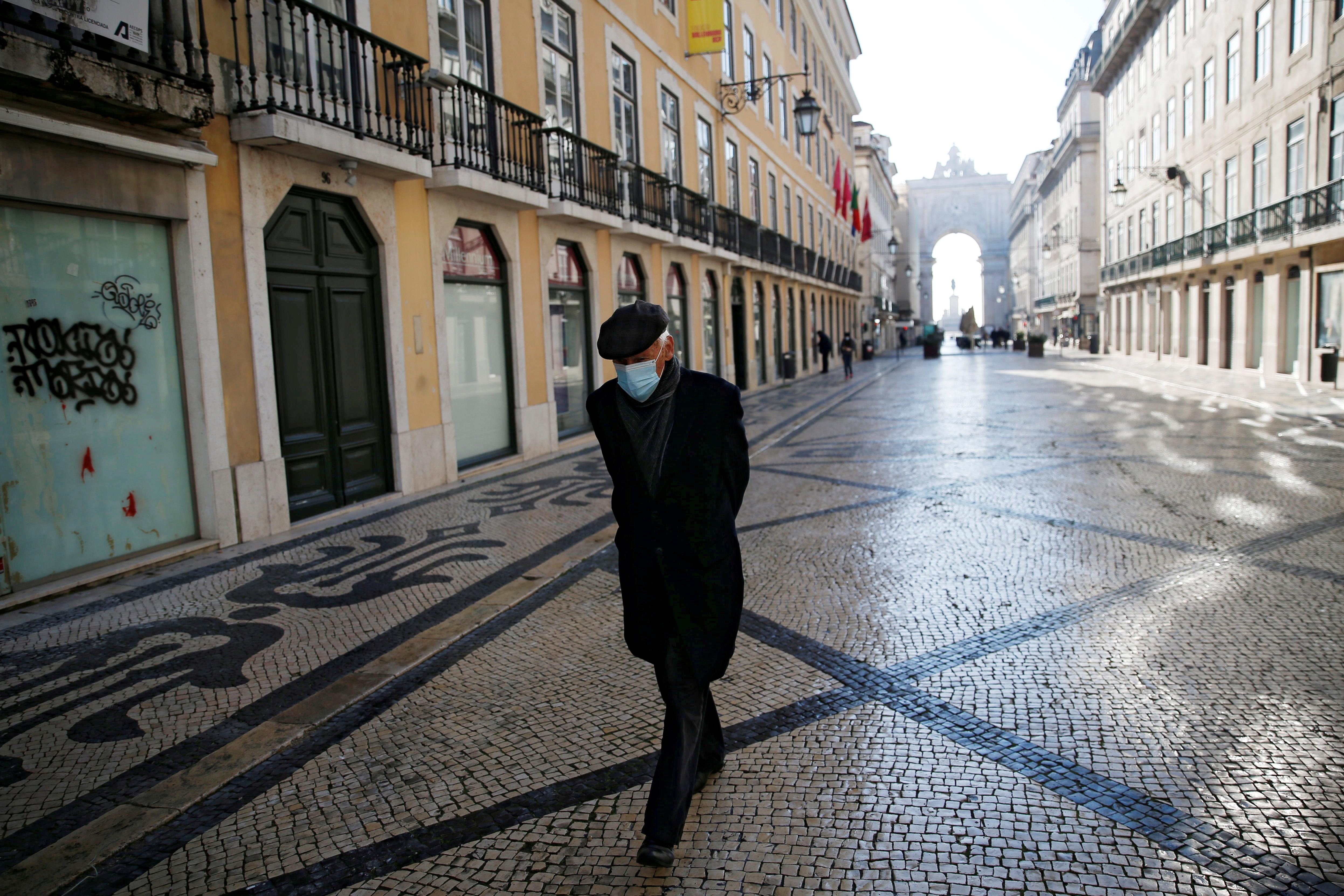 Un hombre camina por Lisboa durante el segundo confinamiento.