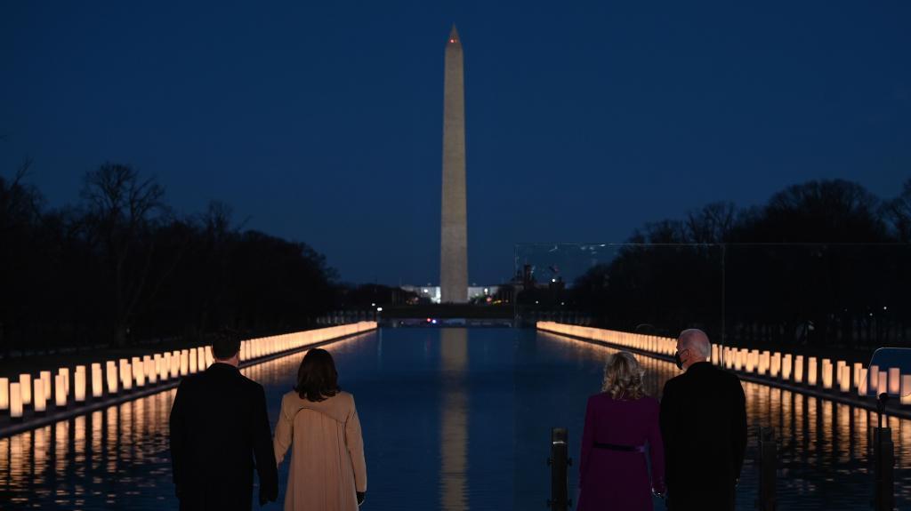 جو بایدن و کمالا هاریاس با شرکای خود در هنگام ادای احترام.