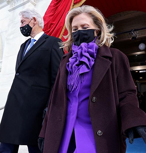 Hillary Clinton, también de morado.