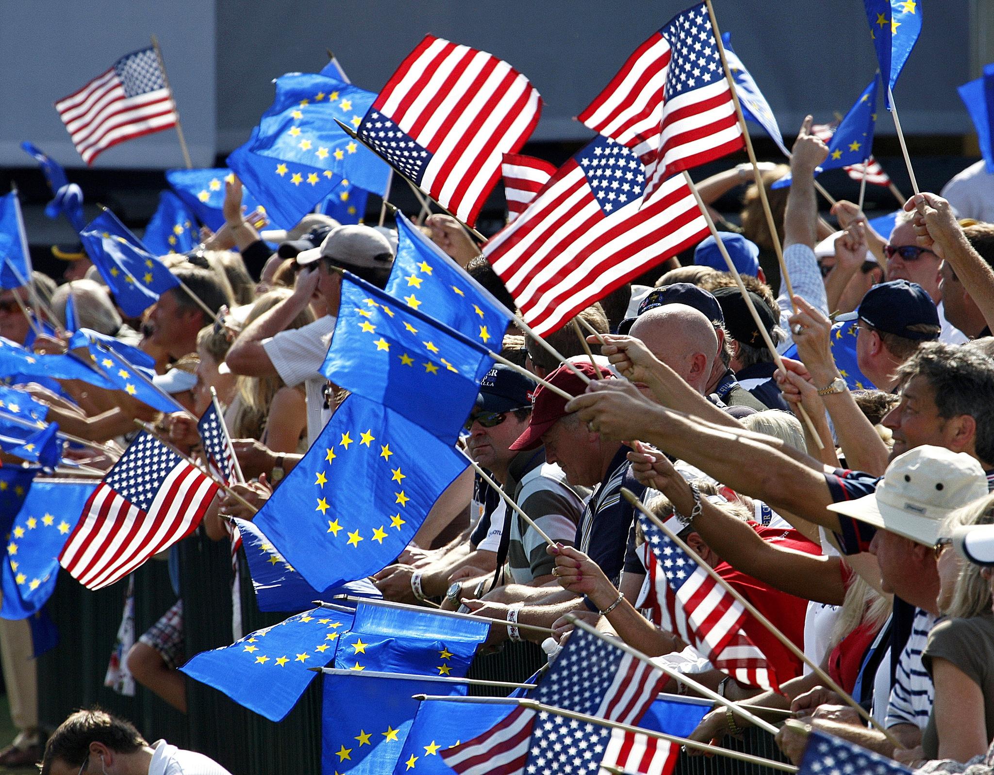 Ondean banderas de EEUU y la UE, en Kentucky.