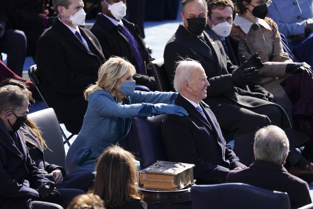 جیل بایدن در مراسم تحلیف به شوهرش تکیه می دهد.