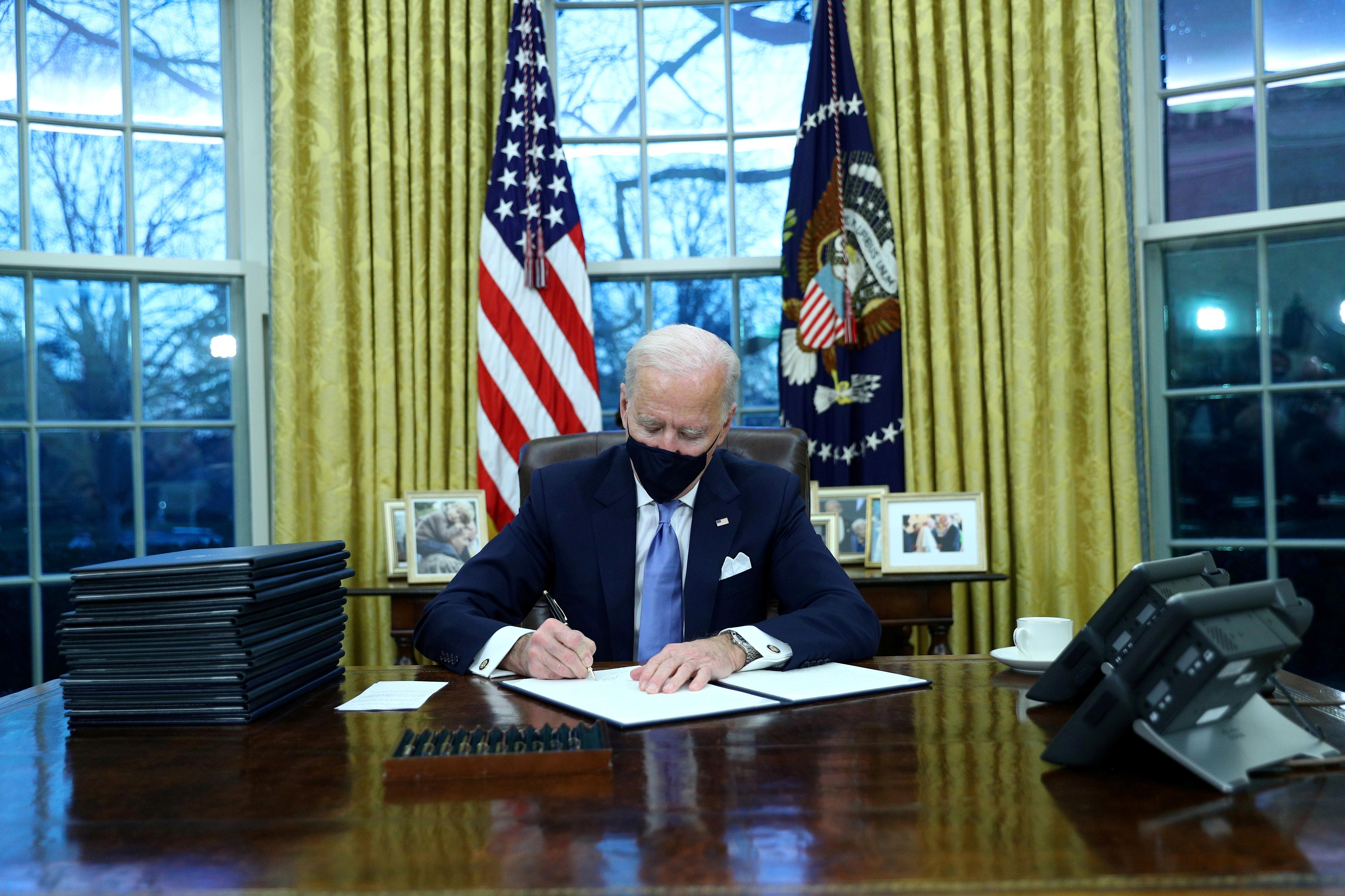 جو بایدن اولین مورد خود را امضا می کند