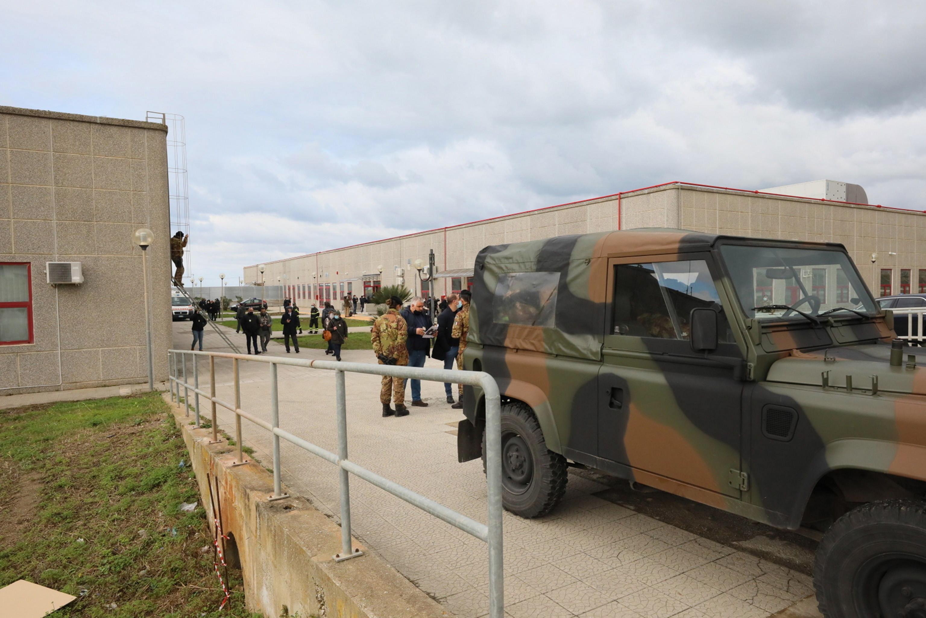 Militares en la entrada al macrojuicio contra la mafia en Italia.