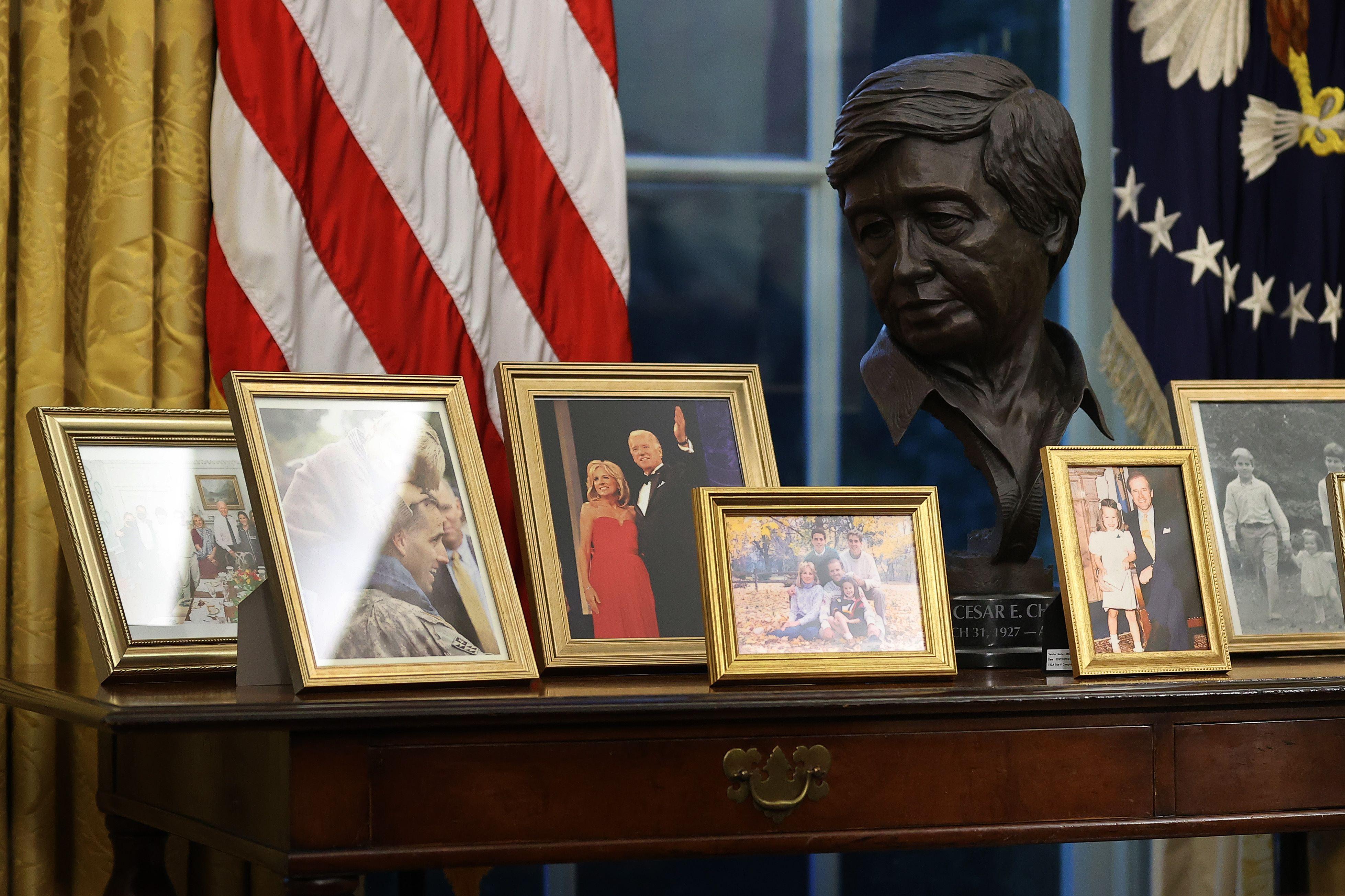Busto de César Chávez junto a fotos de familia en el Despacho Oval. AFP