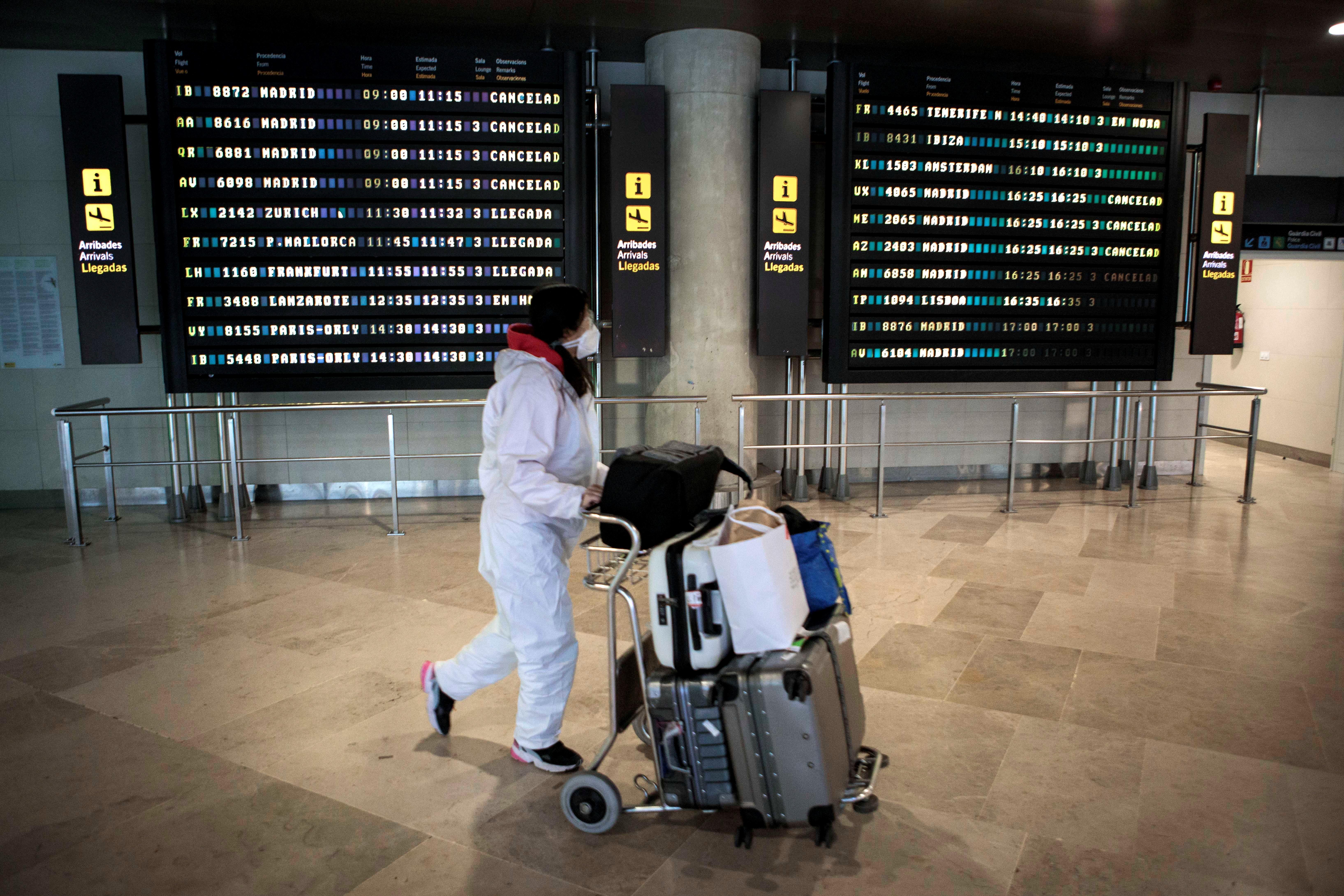 Una viajera en el aeropuerto de Manises.