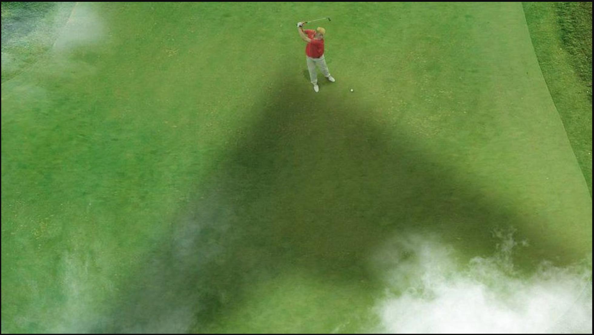 Montaje publicado por la cuenta @khamenei_site, en el que se muestra a Trump jugando al golf bajo la sombra de un avión de combate.