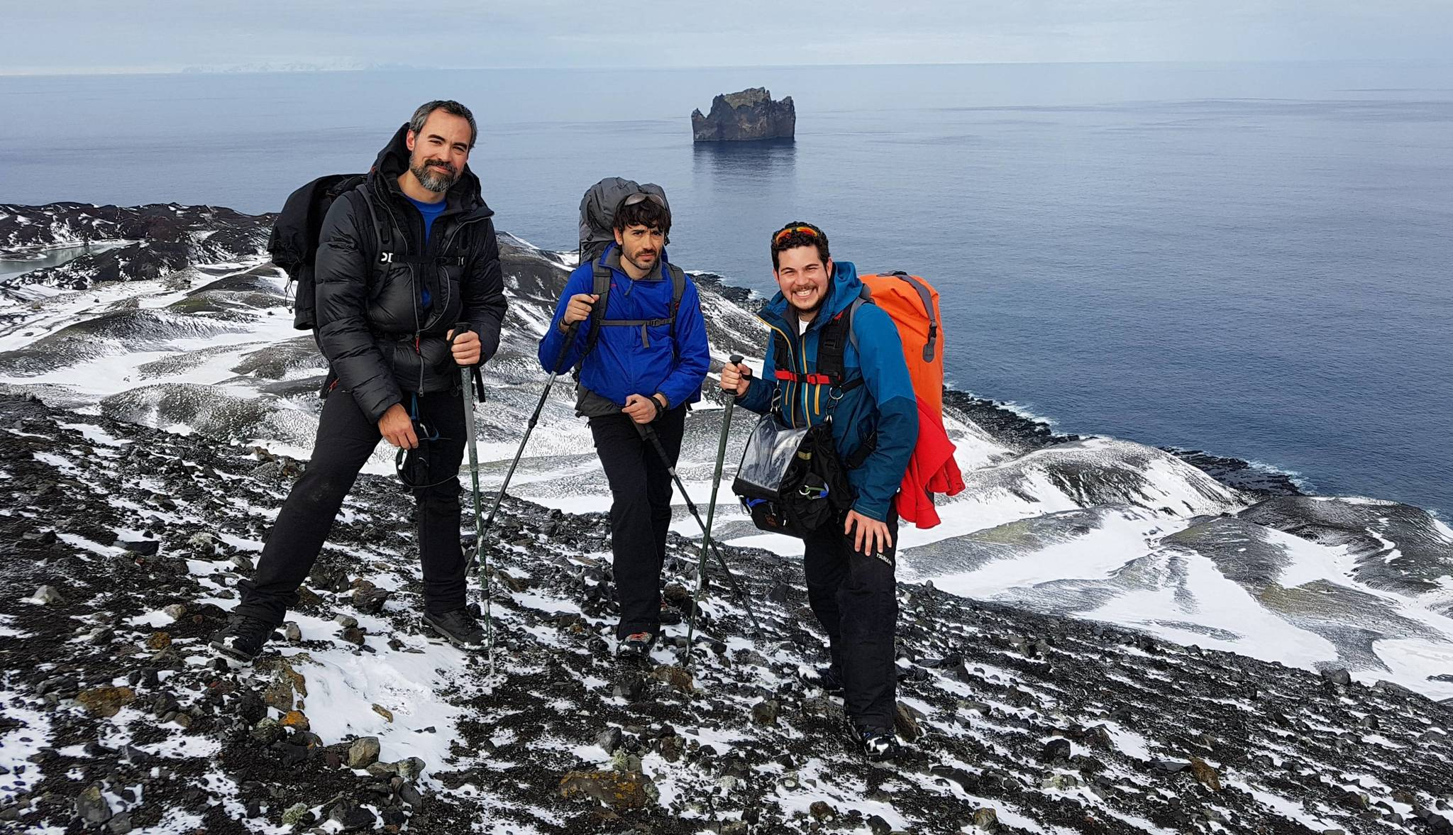 Mario Cuesta (centro) en la Antártida con su equipo de rodaje.
