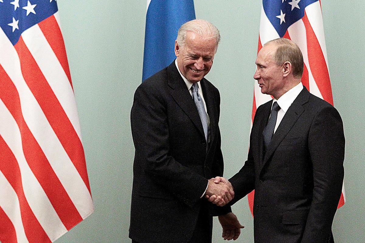 Putin y Biden se saludan en Moscú, en 2011.
