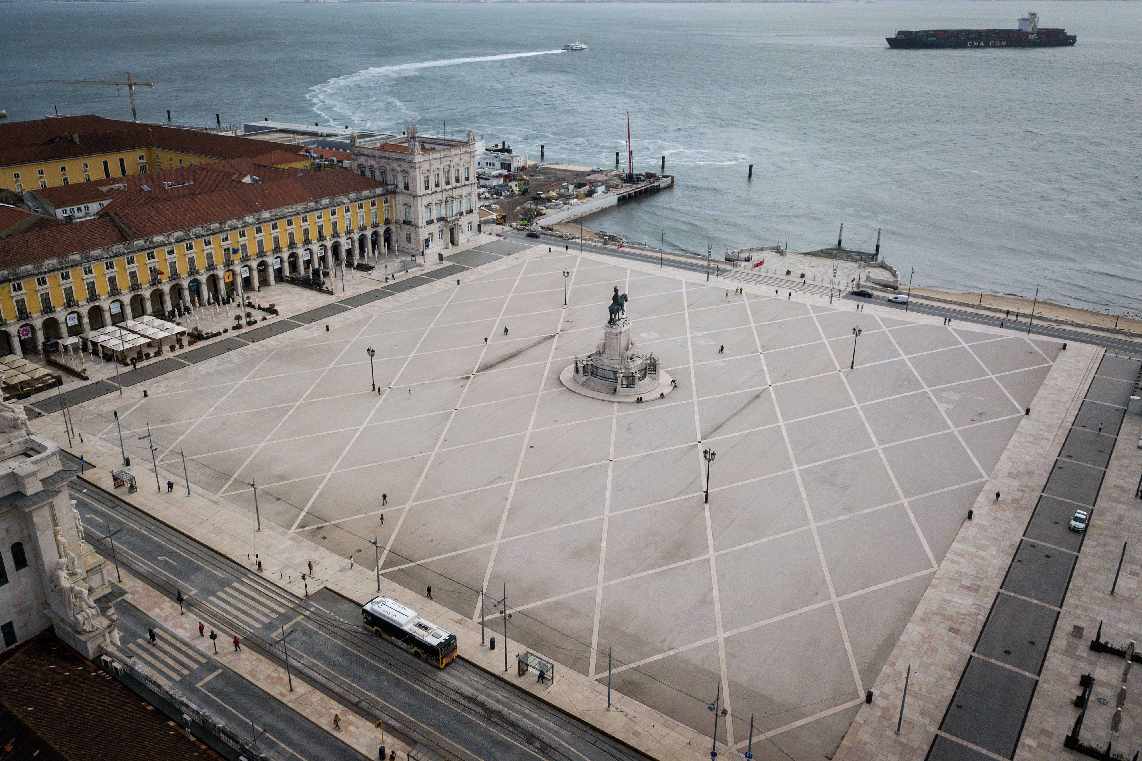 میدان خرید در لیسبیا در زندان کامل و بدون گردشگر.