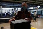 Las encuestas a pie de urna dan la victoria a Rebelo de Sousa en una primera vuelta marcada por la pandemia
