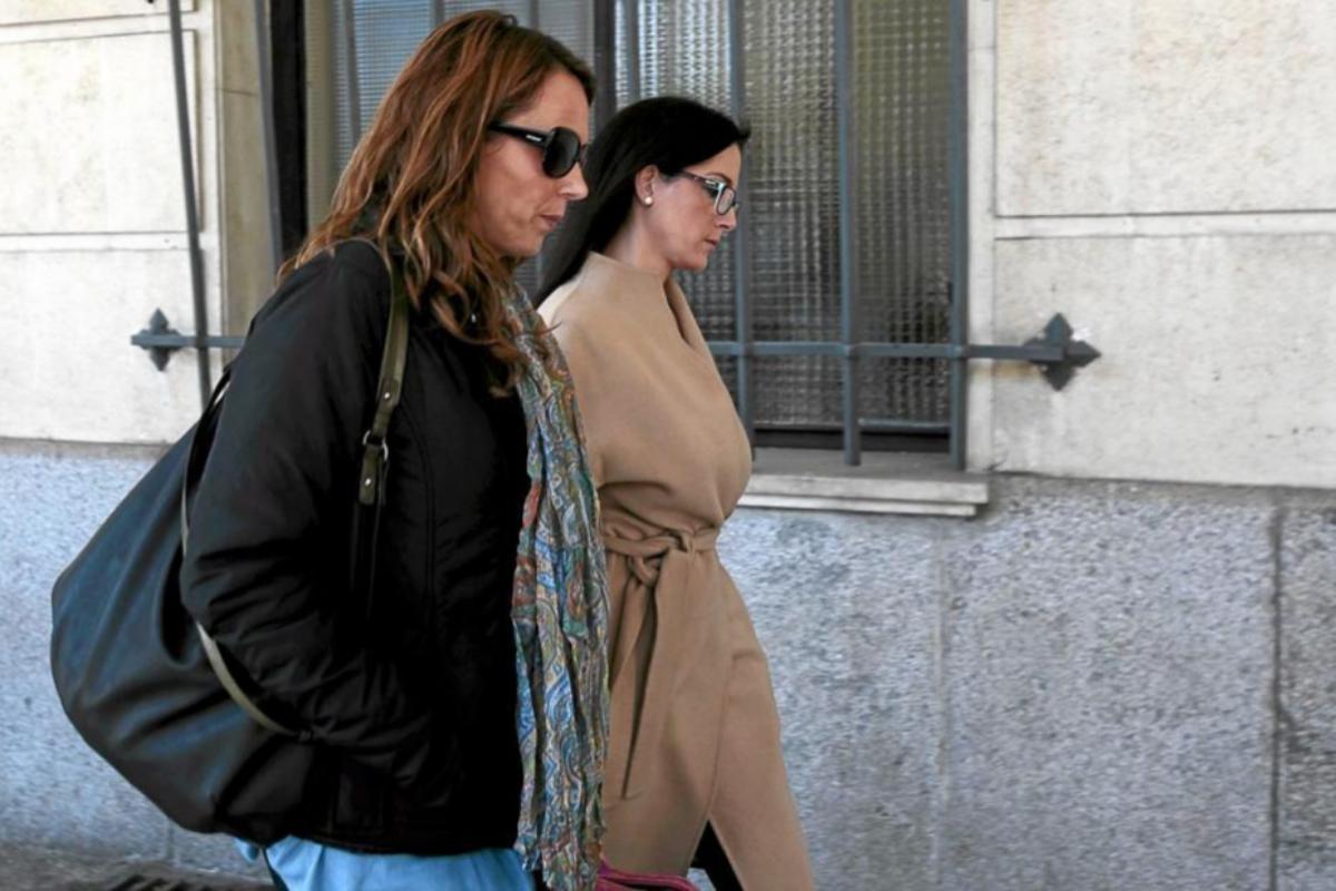 Con gafas de sol, Rocío Sayago, la ex secretaria de Guerrero.