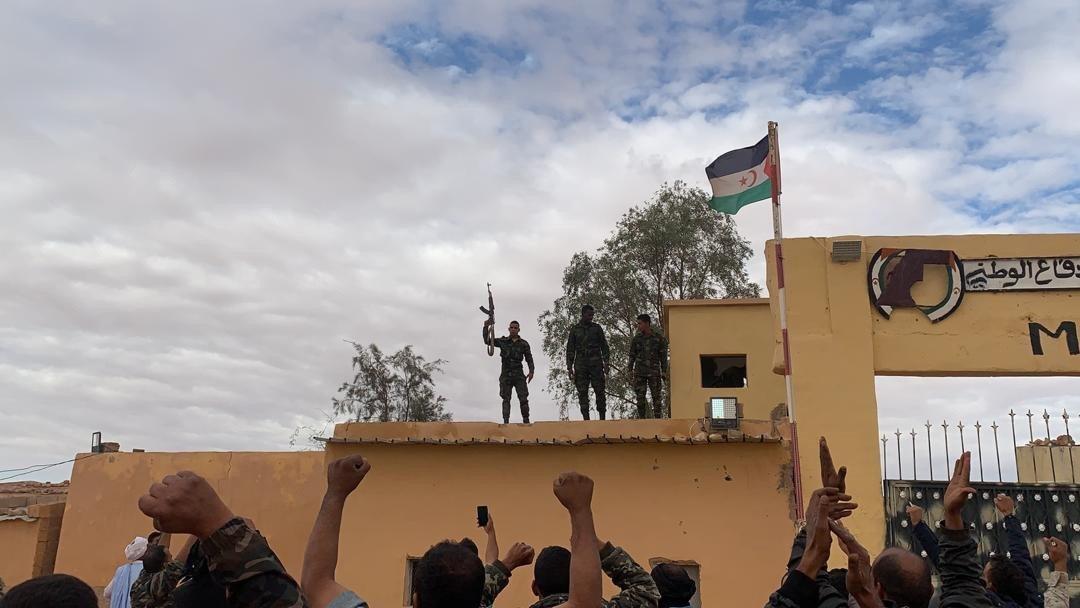 هواداران جبهه پولیساریو در ماه نوامبر به یک توافق در مورد یکی از اردوگاه های پناهجویان صحراوی در رابونی ، الجزایر واکنش نشان دادند.