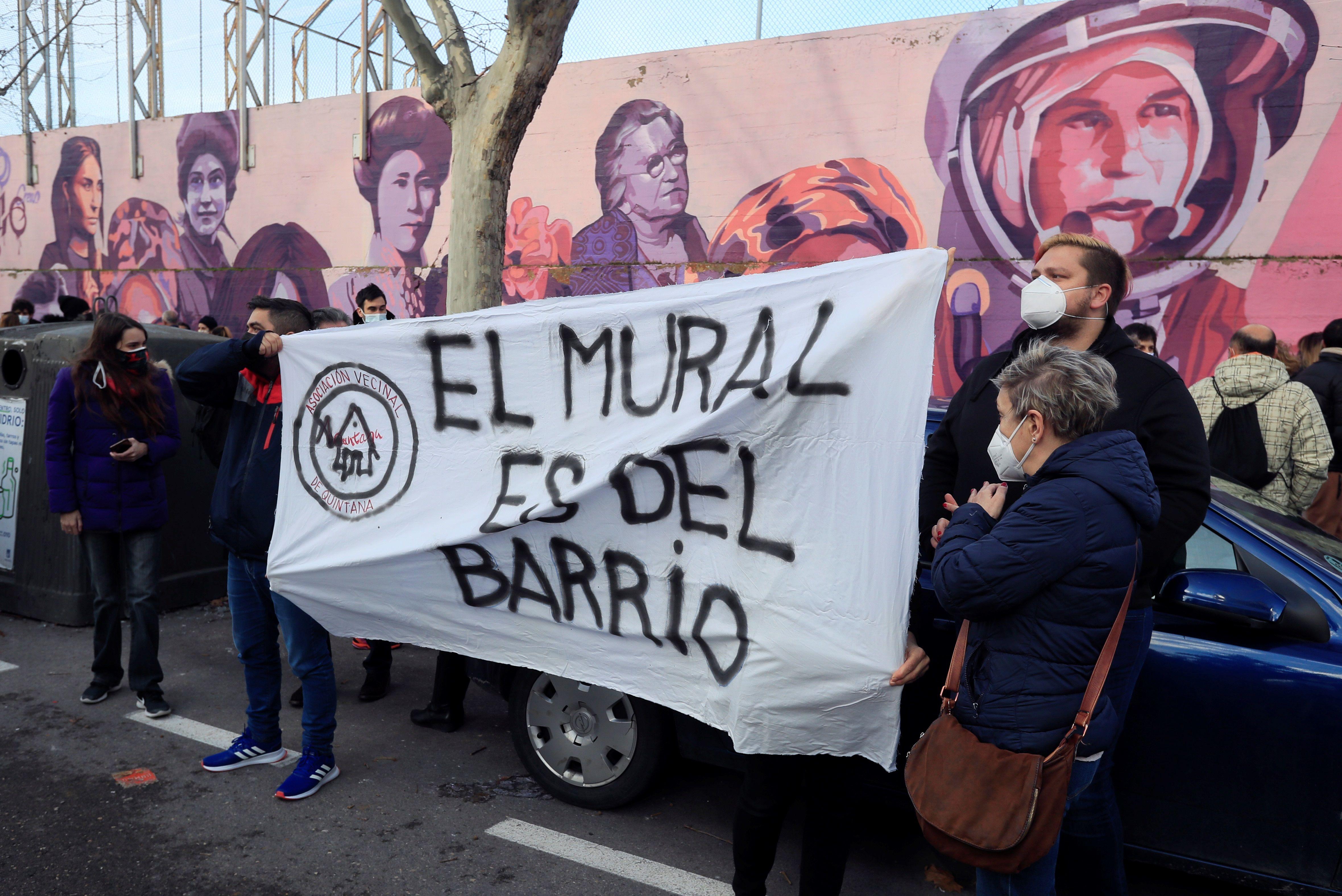 Concentración bajo el lema 'El mura se queda' en el madrileño barrio de la Concepción.