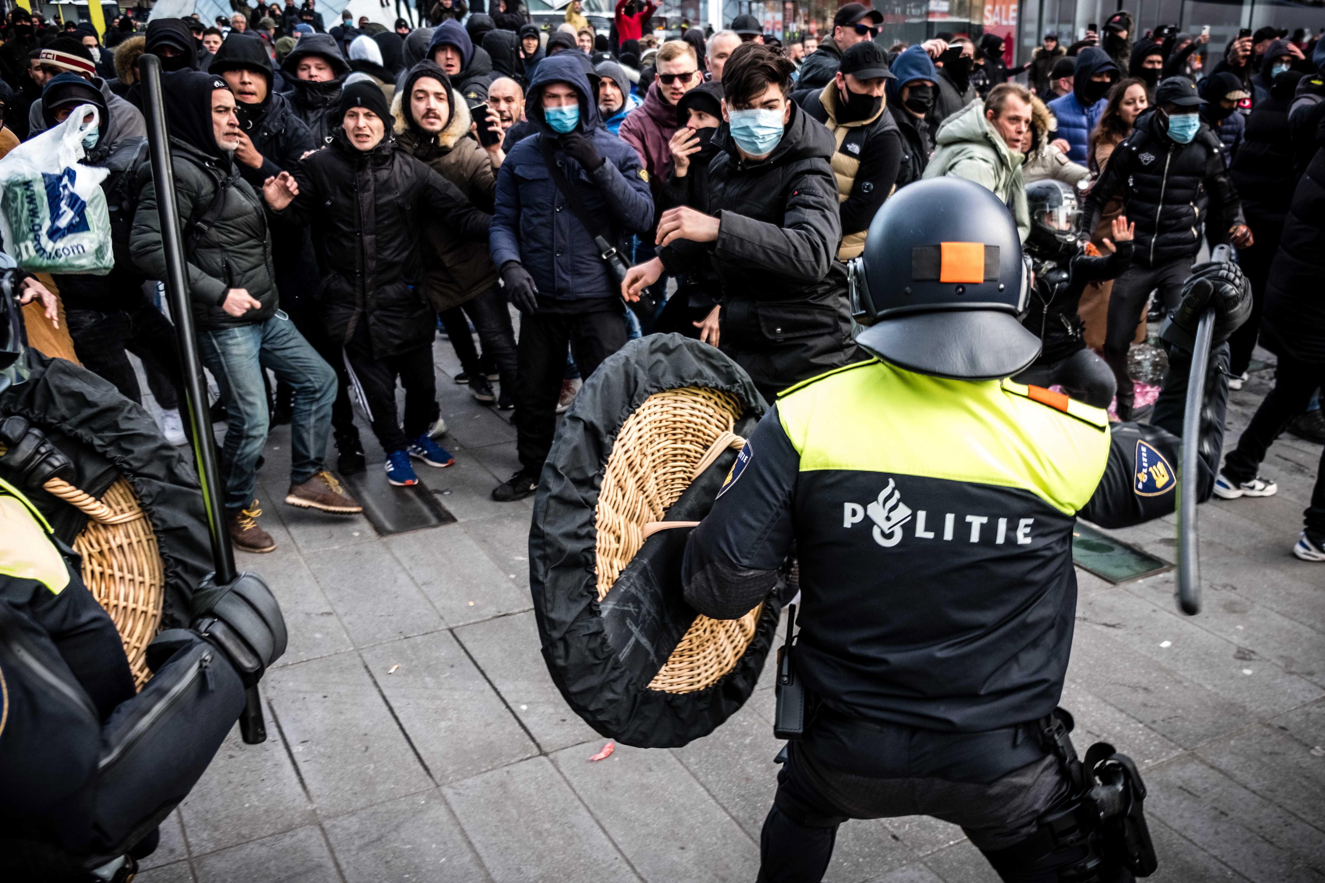 Enfrentamientos entre la policía y un grupo de jóvenes en el sur de los Países Bajos.