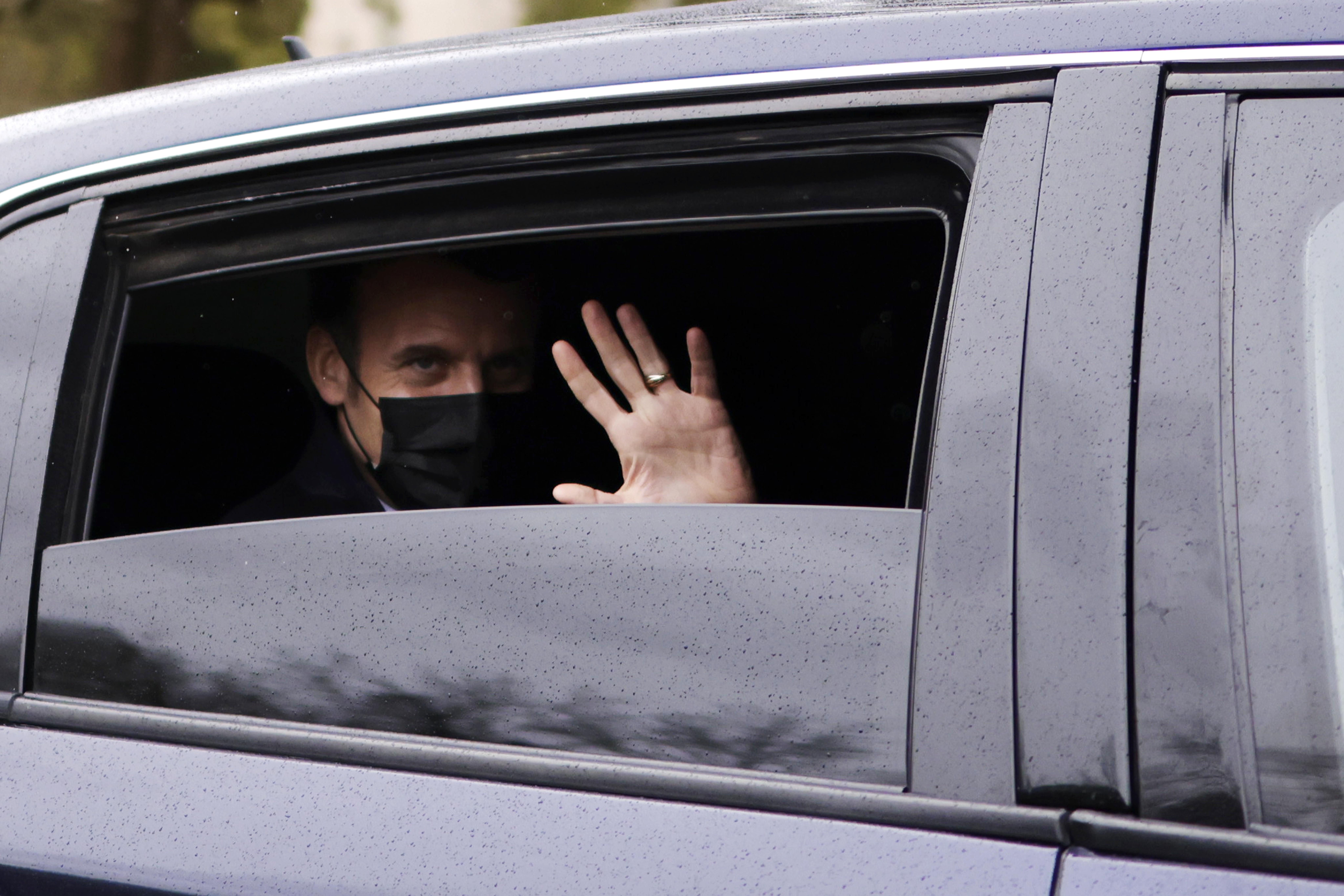 امانوئل مکرون با ماسک ، از اتومبیل استقبال می کند.
