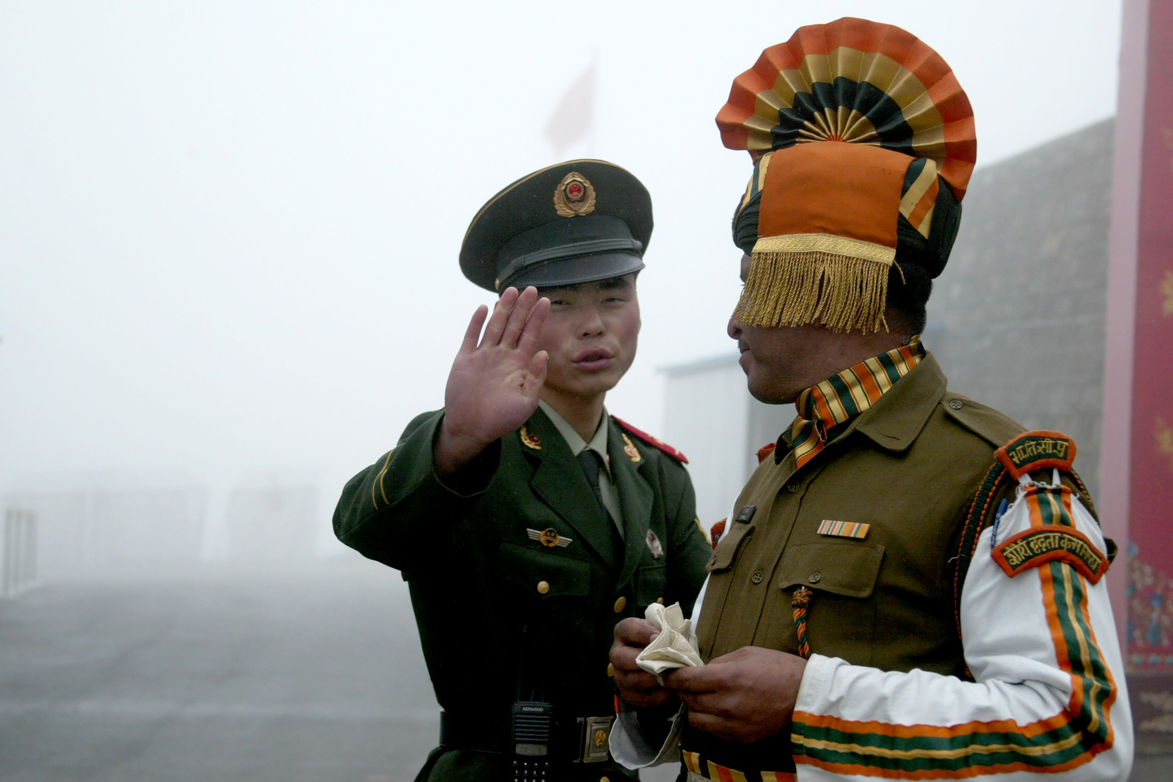 سرباز چینی و هندی در مرز ، در پرونده ای.